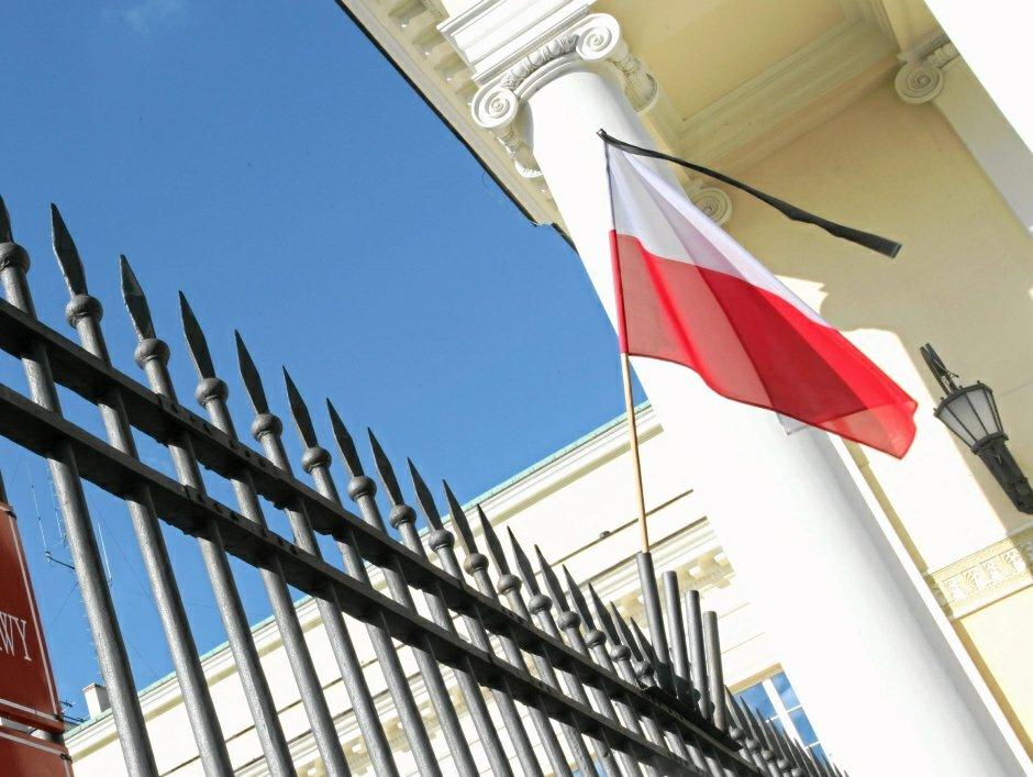 Flaga przewiązana kirem na znak żałoby