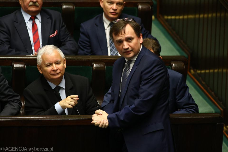 Minister sprawiedliwości Zbigniew Ziobro i jego mocodawca prezes PiS Jarosław Kaczyński podczas głosowania nad KRS i statusem sędziów. Warszawa, Sejm, 8 czerwca 2017