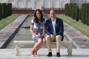 Ksi�na Kate i ksi��� William ko�cz� swoj� oficjaln� wizyt� w Indiach i Bhutanie. Ostatniego dnia odwiedzili Taj Mahal, gdzie 24 lata temu przyjecha�a te� ksi�na Diana. Ksi���ca para zrobi�a sobie zdj�cie w tym samym miejscu, gdzie tragicznie zmar�a ksi�na.