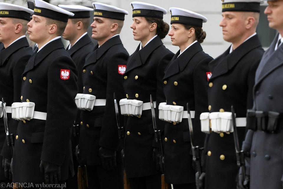 Żołnierze podczas apelu na Krakowskim Przedmieściu ,Warszawa
