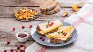Jak urozmaicić kanapki z żółtym serem?