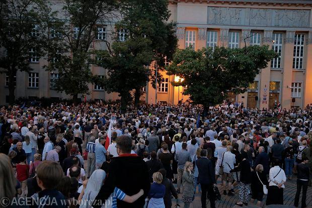Zdjęcie numer 41 w galerii - Tłumy przed Sądem Okręgowym w Łodzi. Kolejny dzień protestów przeciwko zmianom PiS w sądownictwie [ZDJĘCIA]