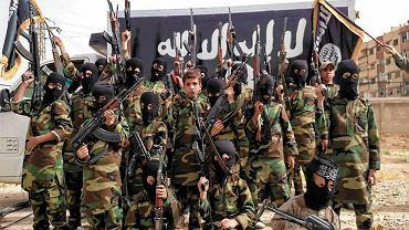 Szacuje się, że ISIS zindoktrynowało około 1,5 tys. dzieci. Praca ideologiczna zaczyna się w domach rodzinnych i szkołach. Chłopcy między 10 i 15 rokiem życia przenoszą się do obozów szkoleniowych, gdzie uczy się ich dżihadystycznej interpretacji prawa islamskiego, Koranu na pamięć, sposobów walki, obsługi broni - i oswaja z przemocą. (Dziewczynki w tym czasie uczą się gotowania, sprzątania i służenia przyszłemu mężowi)