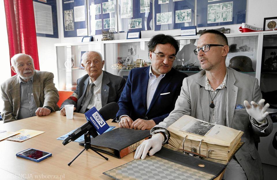 Jarosław Zieliński (pierwszy z lewej) i Rafał Szczepański prezentują zakupione dokumenty. Obok powstańcy warszawscy: Eugeniusz Tyrajski i Zbigniew Galperyn