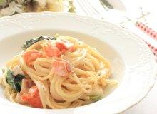 Spaghetti z w�dzonym �ososiem, szpinakiem i szparagami - ugotuj