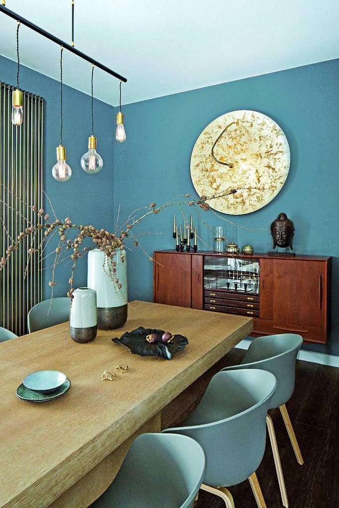 Złota lampa Luna (Catellani & Smith). Bufet z lat 60. z lustrzaną wnęką i szufladami na sztućce kupiono na Allegro.