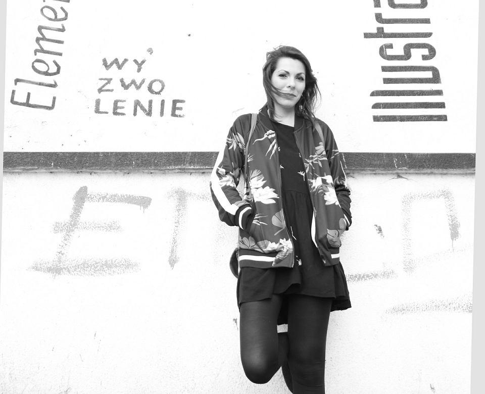 Anna Cieplak (ur. 1988) - pisarka, animatorka kultury, aktywistka miejska. Jej powieść 'Ma być czysto' została nominowana do Nagrody im. Gombrowicza za najlepszy debiut oraz Nagrody Literackiej 'Gdynia'. Właśnie wyszła kolejna - 'Lata powyżej zera''