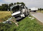 """Autobus zderzył się z ciężarówką. """"Ten zakręt niejednego zgubił"""" [NOWE FAKTY, ZDJĘCIA]"""