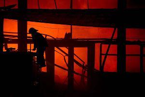 Pożar w zakładach w Zelowie. Z żywiołem walczyło 45 zastępów straży pożarnej
