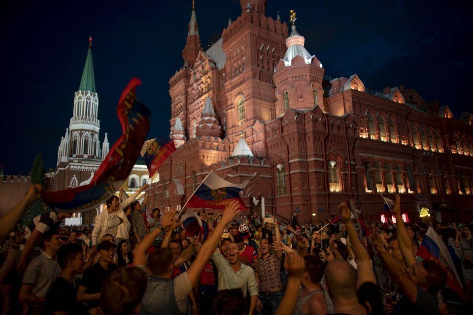 MŚ 2018. Plac Czerwony nocą po triumfie Rosji nad Hiszpanią