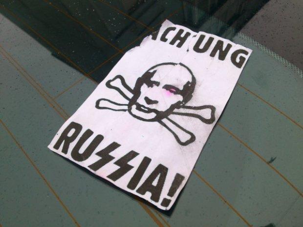 """""""Achtung Russia!"""". W gdańskim centrum handlowym zostawiają nalepki na rosyjskich autach?"""