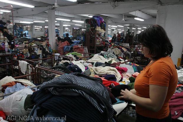 Kobieta przy pracy w sortowni odzie�y u�ywanej