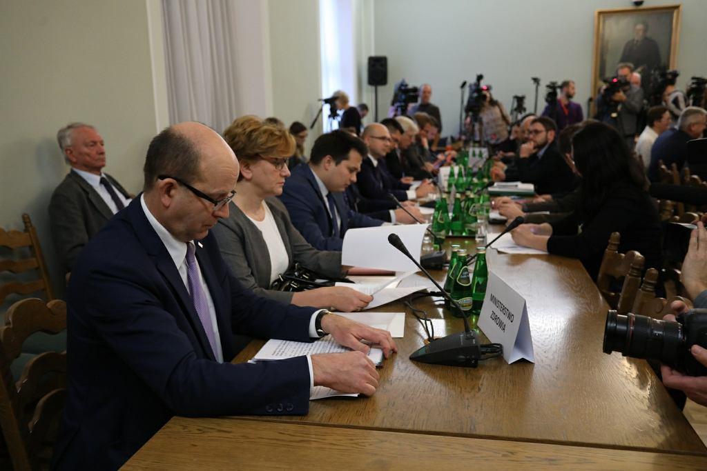 f0d6b545b3 Konstanty Radziwiłł podczas sejmowej Komisji Zdrowia  winni lekarze ...