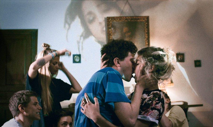 'Bang Gang', reż. Eva Husson  Inspiracji do filmu dostarczył skandal, jaki wybuchł w latach 90. w małym amerykańskim miasteczku, kiedy u 200 licealistów zdiagnozowano syfilis. Dalsze badania wykazały, że każdy z nich miał średnio 50 partnerów seksualnych. Eva Husson w swoim debiutanckim filmie przenosi akcję do współczesności zdominowanej przez media społecznościowe, wszechobecną pornografię i kulturę hejtu. Nastoletnia George podczas jednej z wakacyjnych imprez wymyśla zabawę w Bang Gang, która szybko zyskuje na popularności. Seks, alkohol, narkotyki, zabawa do samego rana - bez zahamowań, wszystko zostaje wśród znajomych.   'Bang Gang' był porównywany do kultowych 'Dzieciaków' Larry'ego Clarka. Jednak Husson, w przeciwieństwie do swojego starszego kolegi po fachu, nie ocenia swoich bohaterów, nie feruje wyroków i nie wskazuje winnych. Ich seksualnym poszukiwaniom przygląda się z dużą otwartością - 'bang gangi' są w jej filmie jedną z dróg do formowania własnej tożsamości, sposobem poszukiwania bliskości i miłości.