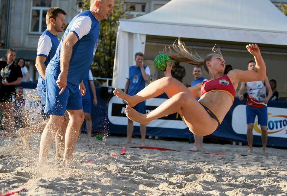 Nietypowy pokaz w centrum Poznania - plażowa piłka ręczna na piasku   ZDJĘCIA  72196280e8d