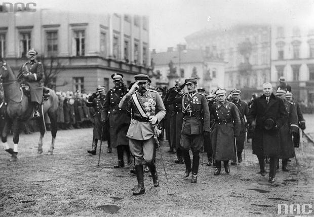 Przybycie Marszałka Józefa Piłsudskiego. Widoczni także generał Daniel Konarzewski (na koniu).