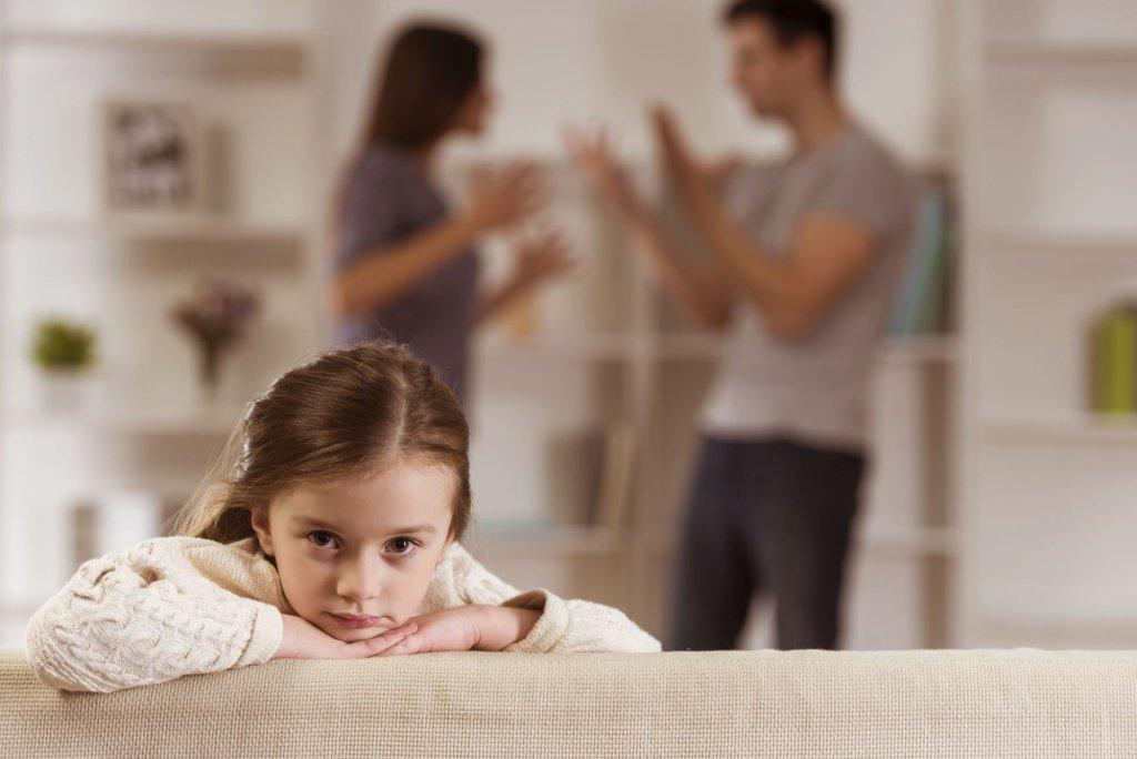 Zdarza się, że w przypadku konfliktu rodzice nie rozmawiają z dziećmi, które później doszukują się winy zaistniałego konfliktu w sobie (fot. iStockphoto.com)