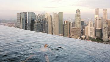 Z basenu na 57. piętrze hotelu Marina Bay Sands widać centrum finansowo-biznesowe Singapuru. Singapur to jeden z głównych ośrodków finansowych w Azji. Inwestorzy cenią go za podatki niższe niż w ich macierzystych krajach