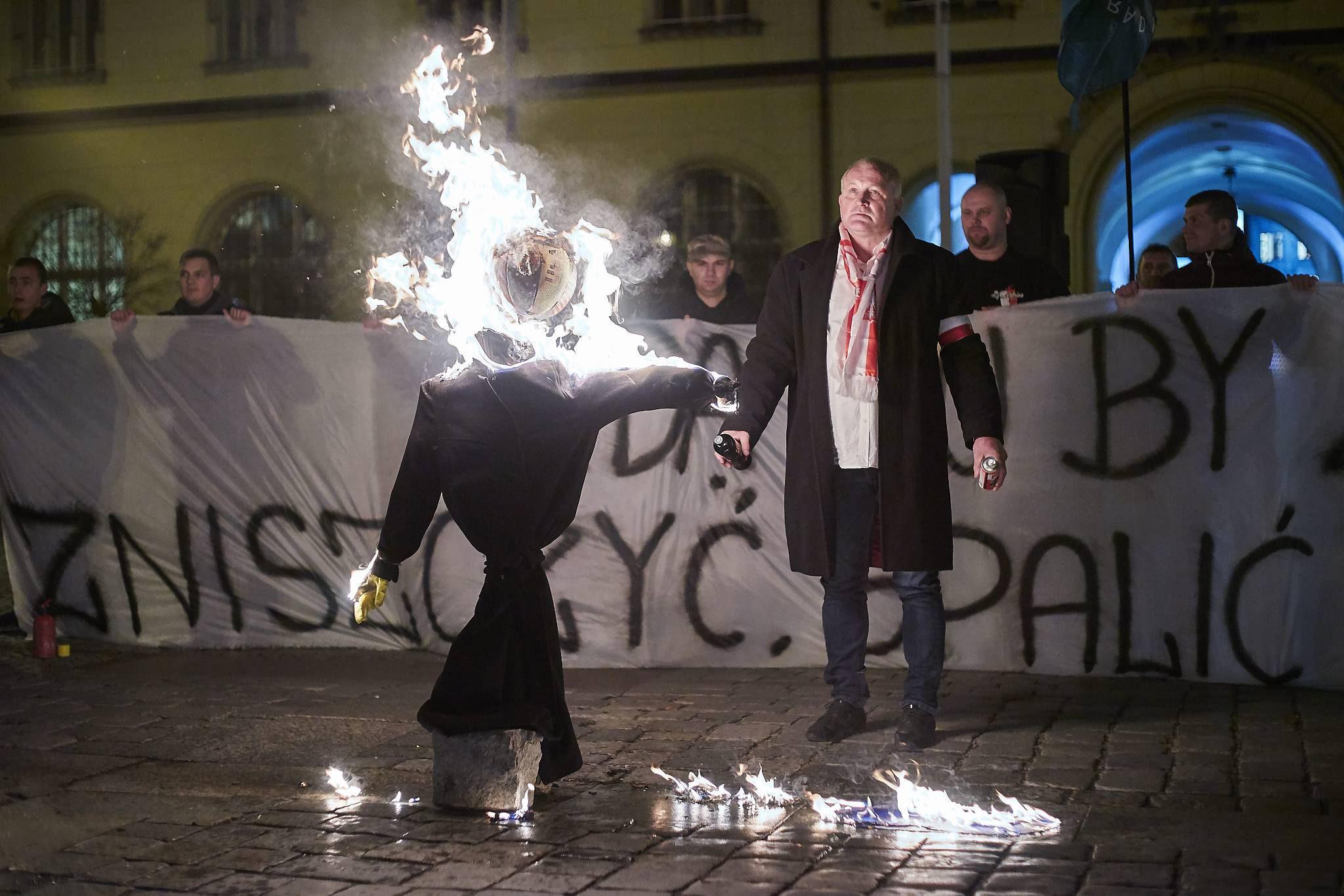 Piotr Rybak pali kukłę Żyda - Wrocław, rynek 18.11.2015. W listopadzie  2016 został za ten czyn skazany na 10 miesięcy bezwzględnego więzienia