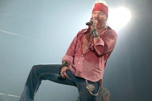 Axl Rose nowym wokalist� AC/DC? By� mo�e - na dziesi�� koncert�w - tak