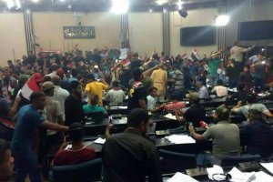 Irak. Setki osób wdarły się do parlamentu i ufortyfikowanej Zielonej Strefy