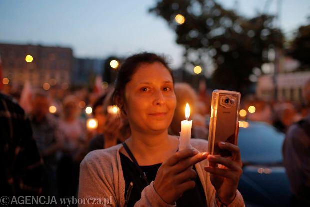 Zdjęcie numer 40 w galerii - Tłumy przed Sądem Okręgowym w Łodzi. Kolejny dzień protestów przeciwko zmianom PiS w sądownictwie [ZDJĘCIA]