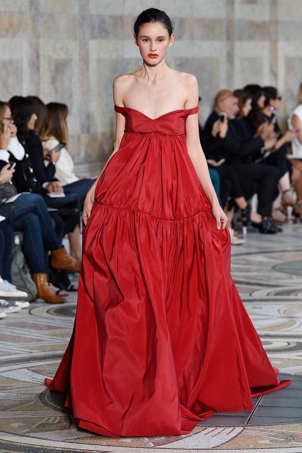 Modelka w sukience Giambattista Valli. Taką samą miała też Rihanna