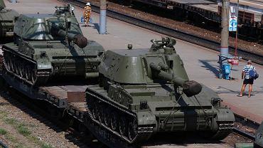 Haubice samobieżne na stacji kolejowej w regionie Rostow, w poblizu granicy Rosji z Ukrainą