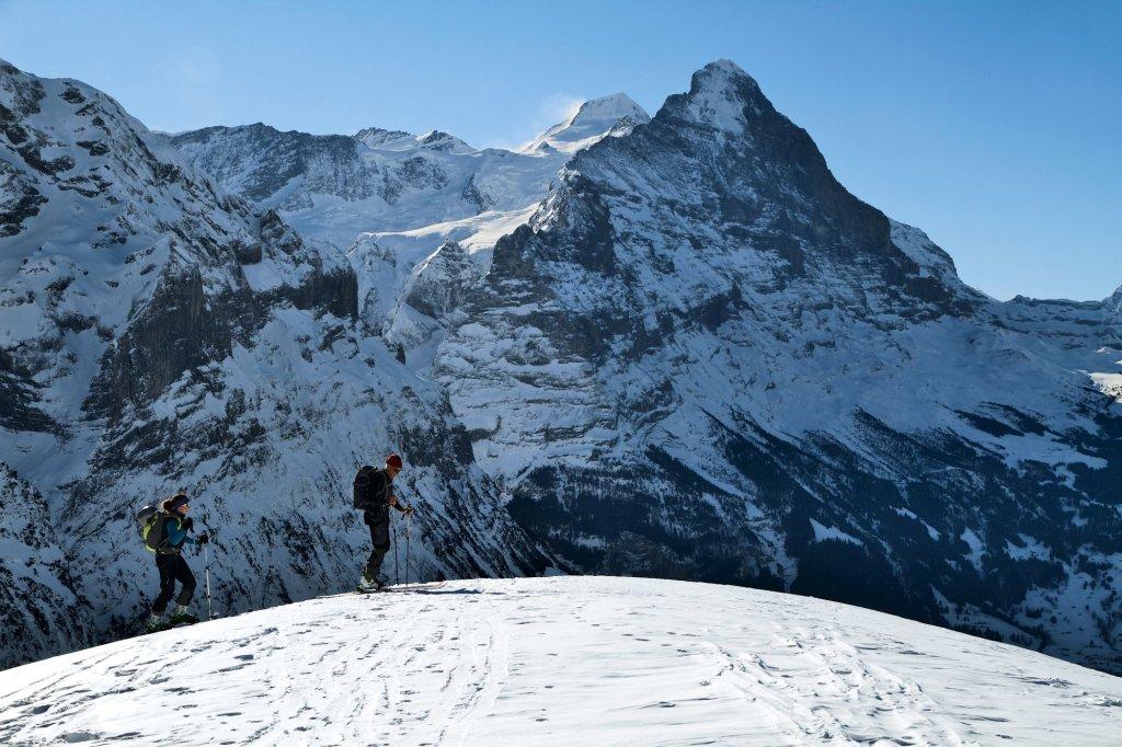 Turyści na Grosse Scheidegg. W tle Eiger (fot. Switzerland Tourism - By-Line: swiss-image.ch / Beat Mueller)