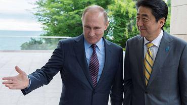 Władimir Putin i premier Japonii Shinzo Abe podczas spotkania w Soczi