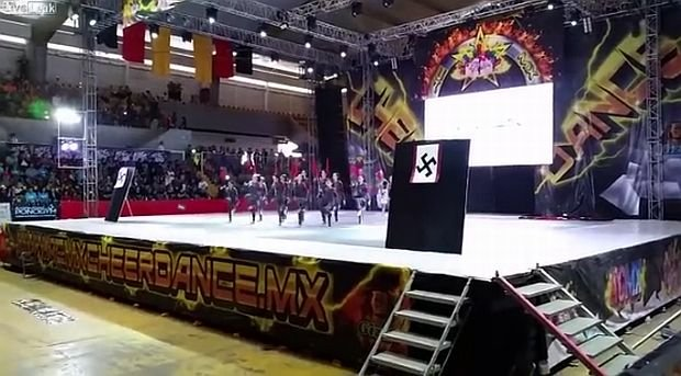 Meksyk: Skandal na festiwalu cheerleaderek. Przebra�y si� za nazist�w i zata�czy�y do przem�wienia Hitlera