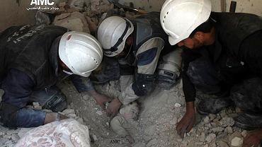Tym razem piloci Asada ubiegli głód - 2 luty 2014, ratownicy wydobywają ciała ofiar nalotu na Aleppo