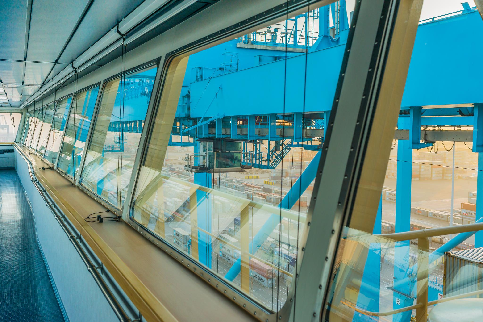 Wnętrze mostka Mayview Maersk, w tle suwnice portowe i plac składowy terminala APM Maasvlakte (fot. Robert Urbaniak)