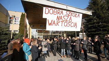 Szczecin, Gimnazjum nr. 7 przy ul. Nalkowskiej. Protest nauczycieli i rodziców w związku z planem przemianowania gimnazjum na szkołę podstawową