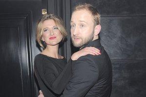Borys Szyc i jego dziewczyna byli jedn� z atrakcji imprezy. Dlaczego? Zobaczcie tylko zdj�cia