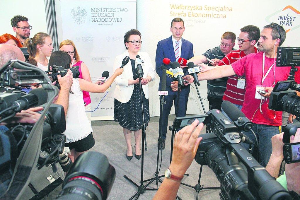 Minister Zalewska i minister Morawiecki podczas konferencji prasowej