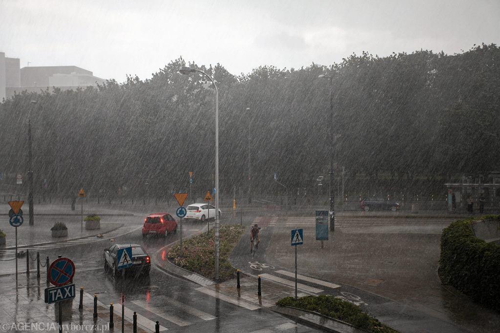 Pierwszy dzień jesieni 2017. Lato odchodzi z płaczem. Na zdjęciu: Deszcz pada na Plac Politechniki w Warszawie