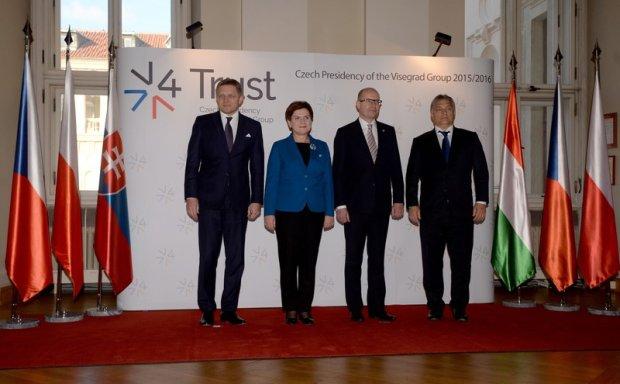 Premierzy Słowacji, Polski, Czech i Węgier pozują do zdjęcia po spotkaniu Grupy Wyszehradzkiej