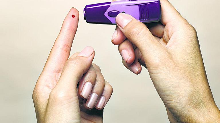 Cukrzyca typu 2 rzadko daje charakterystyczne objawy, zaleca się więc stosować diagnostykę polegającą przede wszystkim na badaniu krwi
