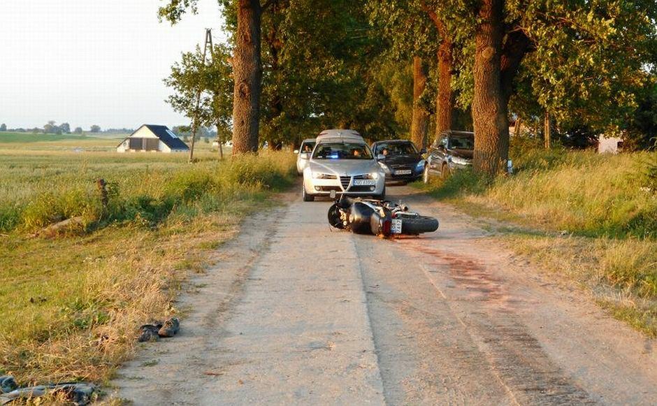 Motocyklista wjechał na linę rozciągniętą przez drogę