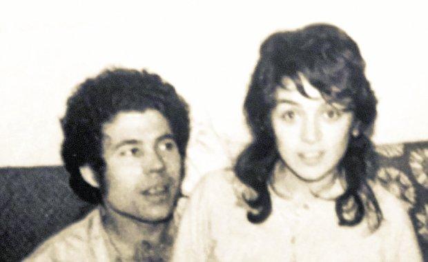Fred West i Rosemary Letts na zdjęciu zrobionym niedługo przed ich ślubem w styczniu 1972 r. wyglądają jak normalna młoda para. Oboje już zabijali wcześniej - Rosemary zamordowała Charmaine, adoptowaną córkę Freda z pierwszego małżeństwa, a on być może nawet kilka osób (chociaż tego dokładnie nie ustalono). Zwłoki Charmaine pogrzebali pod podłogą kuchni w swoim pierwszym domu przy Midland Road 25 w Gloucester. W ogródku ich następnego domu przy Cromwell Street 25 odnaleziono ciała dziewięciu ofiar, w tym trzech noszących ślady tortur.