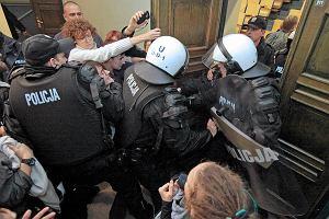 Policja: podczas interwencji policjant u�y� latarki, a nie paralizatora. Teraz nie mo�e jej znale��