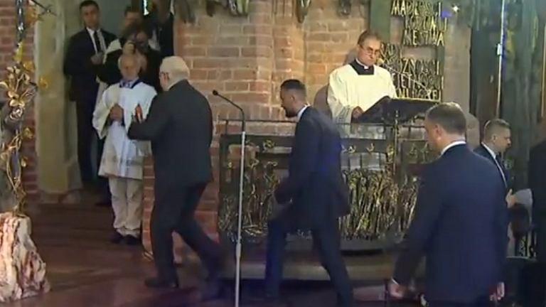Lech Wałęsa wychodzi z bazyliki św. Brygidy, gdy głos ma zabrać Andrzej Duda