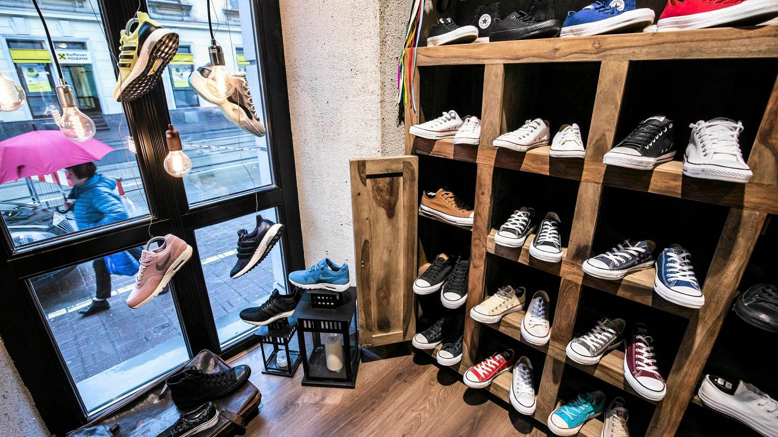 First of all Street Supply store is located in Warsaw's City Center. 10 minutes walk from Old Town which is handy especially for tourists. The store has been set in tenements house's ground floor and it's welcoming You with levitating sneakers in the shop window.