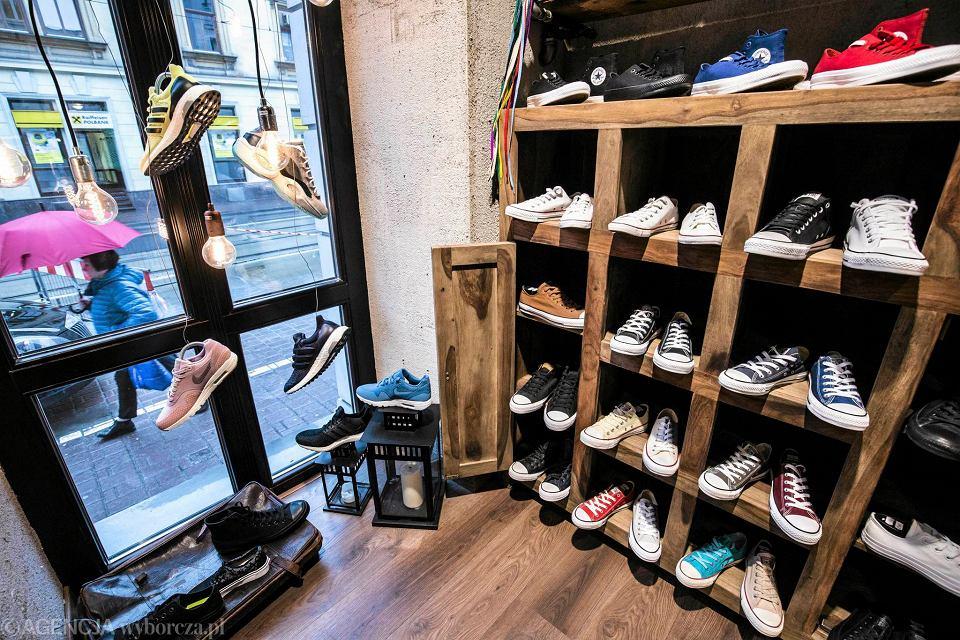 a13dfc6de3bb2 A może nowe buty na wiosnę? Najlepsze sklepy ze sneakersami w Polsce