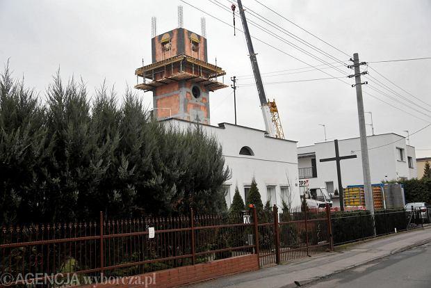 Zdjęcie numer 0 w galerii - Nad ulicą Kijowską góruje już nowa wieża. Mały kościół rośnie