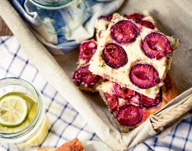 Placek drożdżowy z pumperniklem, serem i śliwkami