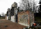 Brama bródnowskiego kirkutu też jest restaurowana
