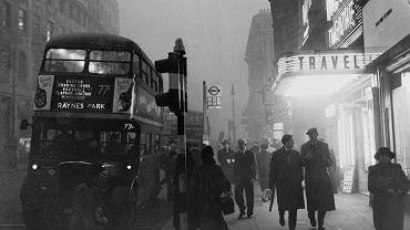 Londyn, 18 listopada 1953, West End w smogu, niemal rok po słynnej 'Wielkiej Mgle', która zabiła prawie 4 tys. ludzi