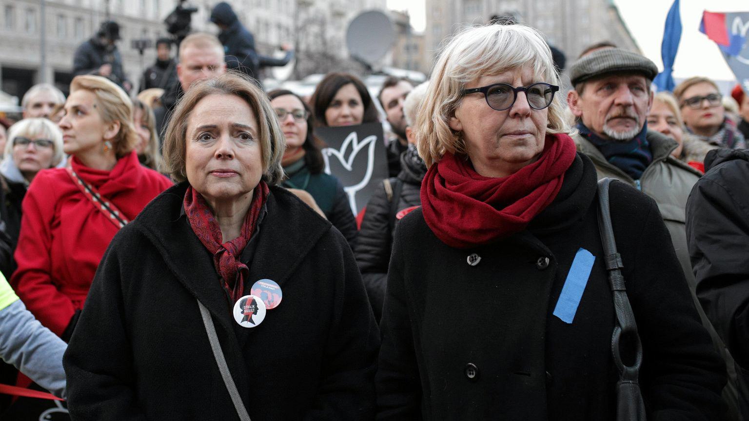 Wanda Nowicka i Urszula Nowakowska podczas finału głównej demonstracji z okazji Dnia Kobiet